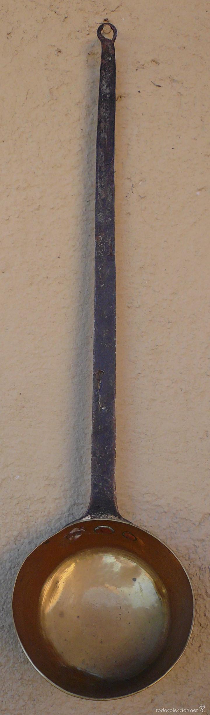 Antigüedades: CAZO DE COBRE CON MANGO FORJADO EN HIERRO. LARGO 48,5 CMS DIAM 11,5 CMS PROFUND 5 CMS - Foto 2 - 55691110