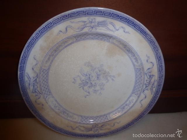 ANTIGUO PLATO DECORADO CON ELEGANTE GRECA AZUL Y MOTIVOS FLORALES. (Antigüedades - Porcelanas y Cerámicas - Otras)