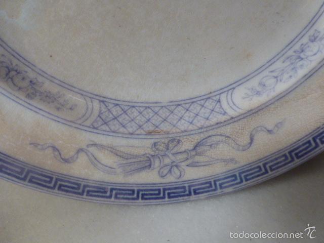 Antigüedades: ANTIGUO PLATO DECORADO CON ELEGANTE GRECA AZUL Y MOTIVOS FLORALES. - Foto 2 - 55816887