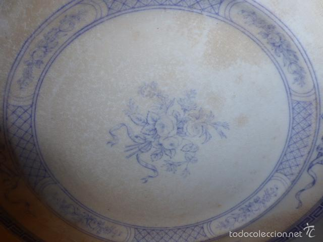 Antigüedades: ANTIGUO PLATO DECORADO CON ELEGANTE GRECA AZUL Y MOTIVOS FLORALES. - Foto 3 - 55816887