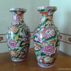 Antigüedades: PAREJA DE PRECIOSOS JARRONES CHINOS ANTIGUOS CON MOTIVOS FLORALES. Lote 55878077