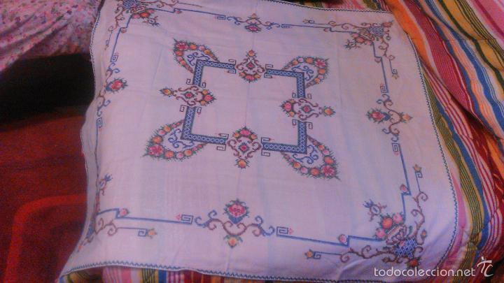 Antigüedades: Antiguo mantel de algodón completamente bordado a mano,muy elaborado.Años 20/30 - Foto 2 - 55890100