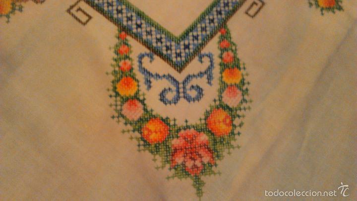 Antigüedades: Antiguo mantel de algodón completamente bordado a mano,muy elaborado.Años 20/30 - Foto 4 - 55890100