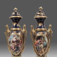 Antigüedades: ELEGANTE PAREJA DE JARRONES EN PORCELANA CON TAPA, ESTILO SÈVRES. Lote 55905082