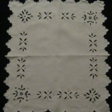 Antigüedades: ANTIGUA PIEZA - TAPETE DE LINO BORDADO RICHELIEU S. XIX. Lote 55915286