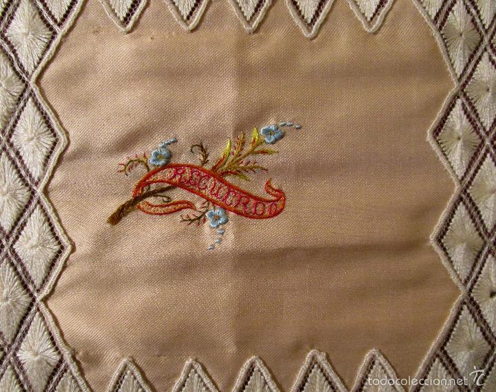 Antigüedades: Antiguo pañuelo de seda bordado casi en su totalidad. 35 cm de lado. S. XIX- Pps. XX - Foto 3 - 56027679