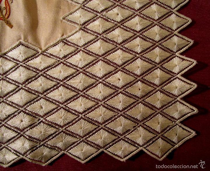 Antigüedades: Antiguo pañuelo de seda bordado casi en su totalidad. 35 cm de lado. S. XIX- Pps. XX - Foto 4 - 56027679