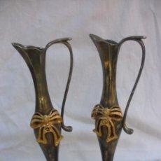 Antigüedades: ANTIGUAS JARRAS PARA AGUA BENDITA DE METAL ALPACA CON BELLO LAZO DORADO PARA CAPILLA. Lote 56033236