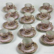 Antigüedades: JUEGO DE 12 PLATOS Y TAZAS DE CAFÉ EN PORCELANA CON DORADOS.BIDASOA. P. S. XX.. Lote 56043004