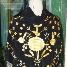 Antigüedades: MANTÓN DE PICO. SEDA NEGRA BORDADA EN DORADO DEGRADADO. ESPAÑA. CIRCA 1940.. Lote 56043535