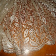 Antigüedades: ESPECTACULAR BLONDA FRANCESA ENCAJE 460X87 PLATA METALICA SOBRE BLANCO SEMANA SANTA VIRGEN TOCADO. Lote 56084109