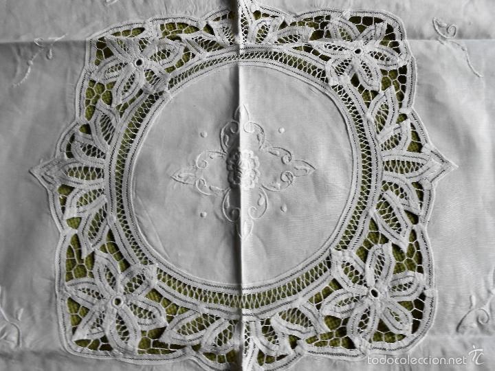 Antigüedades: AÑOS 80 MAGNIFICO MANTEL/TAPETE BORDADO Y ENCAJES DE BRUJAS A MANO.BEIGEMUY CLARO 90X 90 CM.NUEVO - Foto 2 - 235697865