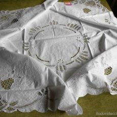 Antigüedades: MAGNIFICO MANTEL CUADRADO ANTIQUO.ENCAJES DE BRUJAS Y BORDADO A MANO. BLANCO 135 X 135 CM.AÑOS 70. Lote 87276996