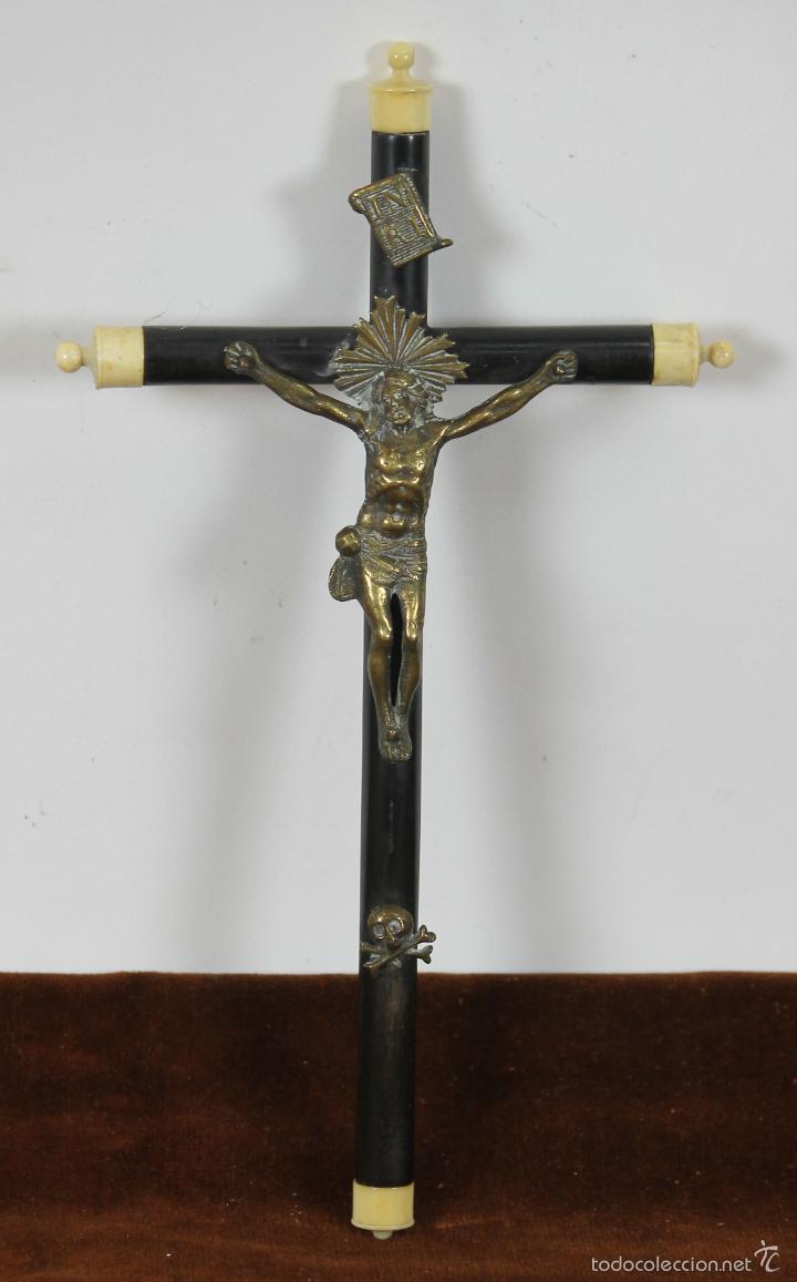 CRUCIFIJO EN RESINA EBONIZADA CON REMATES EN MARFIL. CRISTO EN BRONCE. SIGLO XIX. (Antigüedades - Religiosas - Crucifijos Antiguos)