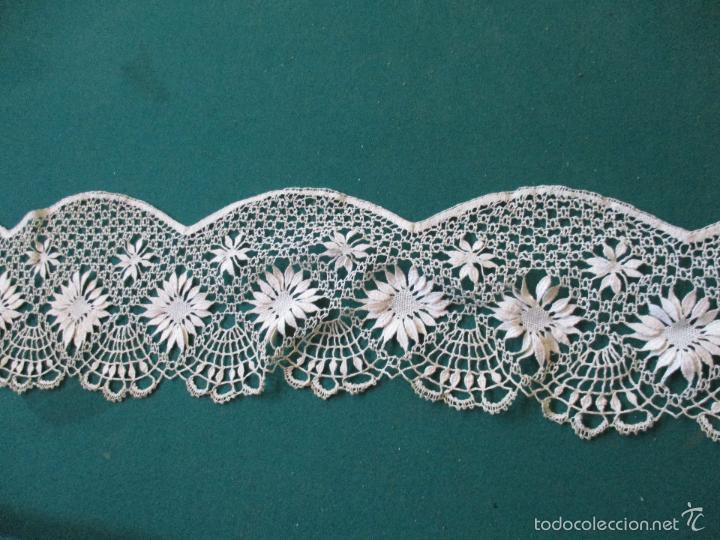 Antigüedades: Antigua puntilla - hecha a bolillos -con filigrana -pude ser para cortina, juego de cama- 4 apliques - Foto 5 - 56118057