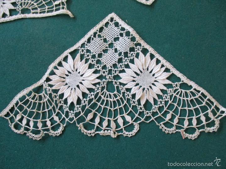 Antigüedades: Antigua puntilla - hecha a bolillos -con filigrana -pude ser para cortina, juego de cama- 4 apliques - Foto 7 - 56118057