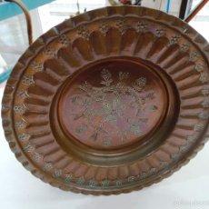 Antigüedades: ANTIGUO PLATO HONDO DE COBRE CINCELADO. Lote 56127609