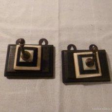 Antigüedades: DOS COLGADORES DE HUESO Y MADERA. Lote 56146747
