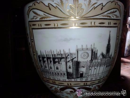 Antigüedades: Gran jarrón en opalina Fábrica de la Industria ? Gijón ? con una vista de la Catedral de Sevilla. - Foto 2 - 56162427