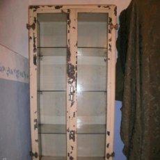 Antigüedades: VITRINA DE MEDICO AÑOS 1900. Lote 126242087