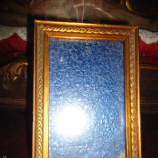 Antigüedades: PEQUEÑO MARCO MODERNISTA IDEAL CASA DE MUÑECAS MADERA DORADA Y CRISTAL 17,3 X 11 CM CRISTAL. Lote 56197391