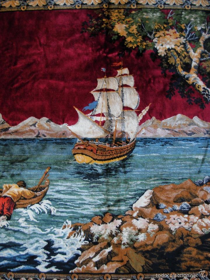 Antigüedades: Antiguo tapiz aterciopelado. Grande 1,93X1,21cm con escena barco, barca, faro. - Foto 3 - 56231874