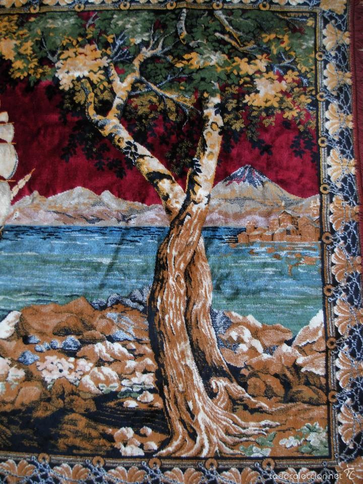 Antigüedades: Antiguo tapiz aterciopelado. Grande 1,93X1,21cm con escena barco, barca, faro. - Foto 4 - 56231874