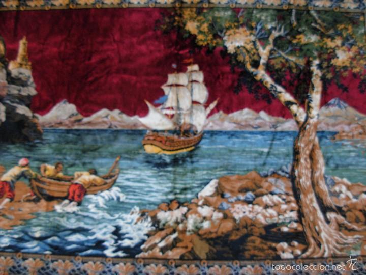 Antigüedades: Antiguo tapiz aterciopelado. Grande 1,93X1,21cm con escena barco, barca, faro. - Foto 5 - 56231874