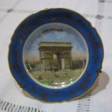 Antigüedades: PLATO EN MINIATURA, PORCELANA LIMOGES, CON ARCO DE TRIUNFO. 8 CMS. DIÁMETRO.. Lote 56232031