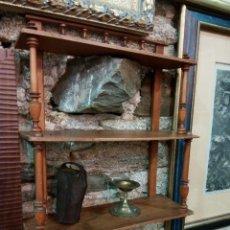 Antigüedades: PEQUEÑA ESTANTERÍA ANTIGUA EN MADERA DE NOGAL RESTAURADA. Lote 56244531