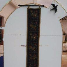 Antigüedades: TAPIZ DE BANDA MOTIVOS ORIENTALES CON SOPORTE METÁLICO. Lote 56254523