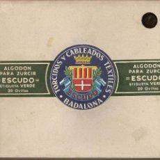 Antigüedades: CAJA DE HILOS, TORCIDOS Y CABLEADOS TEXTILES -ESCUDO-, BADALONA, CAJA COMPLETA CON 20 OVILLOS. Lote 56279244