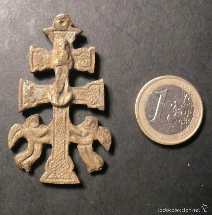 ANTIGUA CRUZ DE CARAVACA DE BRONCE DE 5,50 CM. SIN AGUJERO PARA LA ARGOLLA (Antigüedades - Religiosas - Cruces Antiguas)