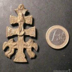Antigüedades: ANTIGUA CRUZ DE CARAVACA DE BRONCE DE 5,50 CM. SIN AGUJERO PARA LA ARGOLLA. Lote 56317065