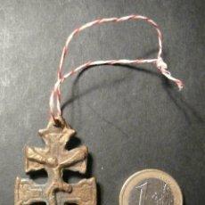 Antigüedades: ANTIGUA CRUZ DE CARAVACA DE BRONCE CON CORDEL DE 5,50 CM.. Lote 56317133