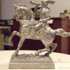 Antigüedades: ANTIGUA FIGURA - CABALLERO A CABALLO TOCANDO CUERNO - PELTRE CALAMINA ESTAÑO. Lote 56317671