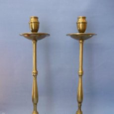Antigüedades: CANDELABROS 2 DE BRONCE (MACIZOS) ANTIGUOS.ALTO 35CM BOCA 2CM BASE12.5CM. . Lote 56331744