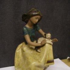 Antigüedades: FIGURA DE MUJER CON GATO ( LLADRÓ ) AÑO 1986. Lote 211634716