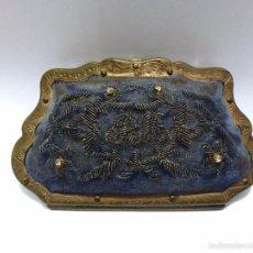 Antigüedades: MONEDERO METAL DORADO Y BORDADO EN TELA E INTERIOR DE SEDA - C.1920. Lote 56402084