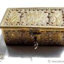 Antigüedades: PRECIOSA CAJA TIPO COFRE EN BRONCE DORADO CON QUERUBINES SXVIII, PERFECTO ESTADO,14X7,5X5,5CM. Lote 56463926