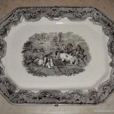 Antigüedades: ANTIGUA FUENTE DE CARTAGENA. CERÁMICA. SELLADA. LA AMISTAD. CAZA DEL TORO Y PUNTILLA (1845-1898). Lote 56464048