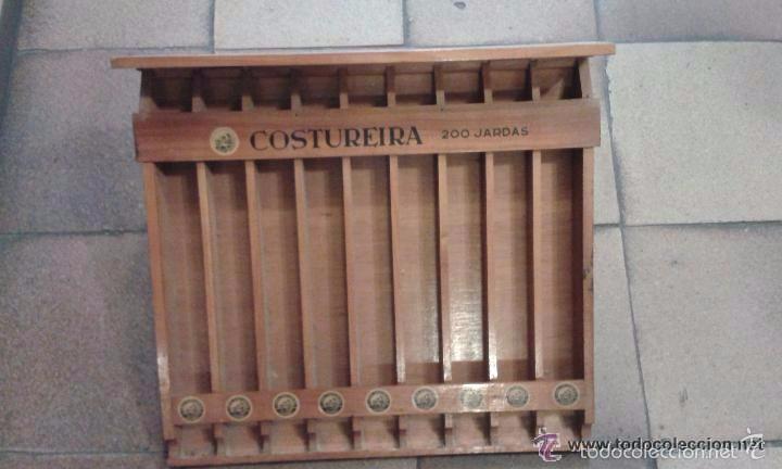 EXPOSITOR ORIGINAL DE MADERA PARA HILOS MARCA COSTUREIRA. 42 CM DE ALTO X 44 LARGO Y 4,2 CM ANCHO (Antigüedades - Muebles Antiguos - Vitrinas Antiguos)