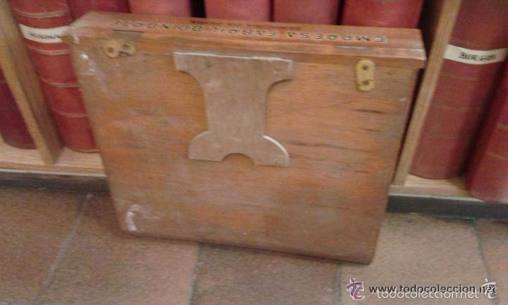 Antigüedades: Expositor original de madera para hilos marca Costureira. 42 cm de alto x 44 largo y 4,2 cm ancho - Foto 3 - 56464479