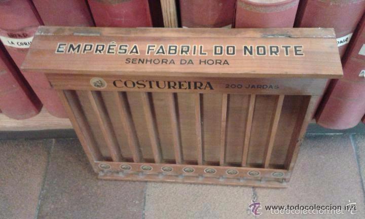 Antigüedades: Expositor original de madera para hilos marca Costureira. 42 cm de alto x 44 largo y 4,2 cm ancho - Foto 4 - 56464479