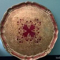 Antigüedades: BANDEJA DE MADERA PINTADA A MANO CON REGALO. Lote 56472965