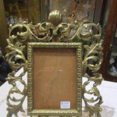 Antigüedades: PRECIOSO MARCO PORTAFOTOS DE SOBREMESA EN BRONCE. 21,5 X 29,5 CMS. FOTO: 10 X 14 CMS.. Lote 146912257