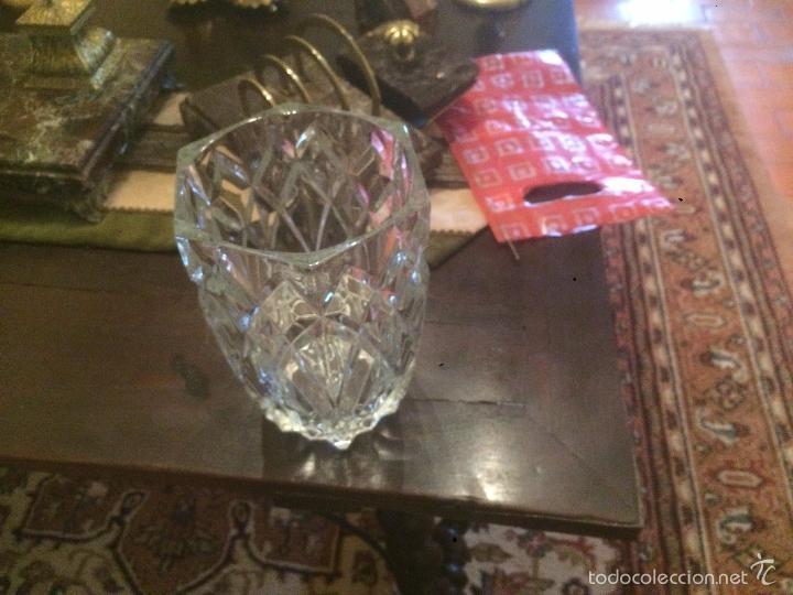 Antigüedades: Antiguo jarrón / florero de cristal tallado de los años 40-50 con forma hexagonal - Foto 2 - 56518376
