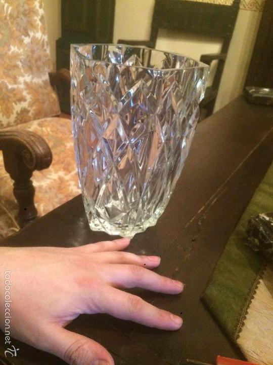 Antigüedades: Antiguo jarrón / florero de cristal tallado de los años 40-50 con forma hexagonal - Foto 3 - 56518376