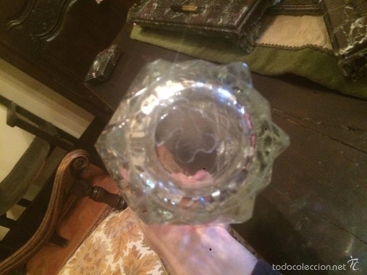 Antigüedades: Antiguo jarrón / florero de cristal tallado de los años 40-50 con forma hexagonal - Foto 5 - 56518376