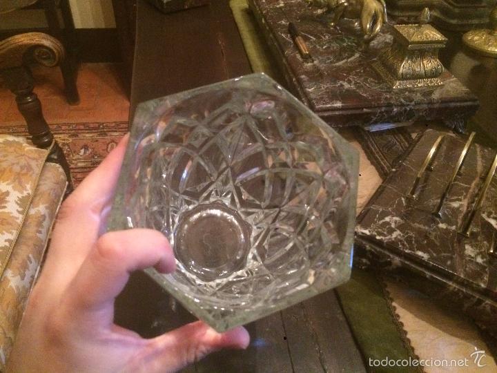 Antigüedades: Antiguo jarrón / florero de cristal tallado de los años 40-50 con forma hexagonal - Foto 7 - 56518376